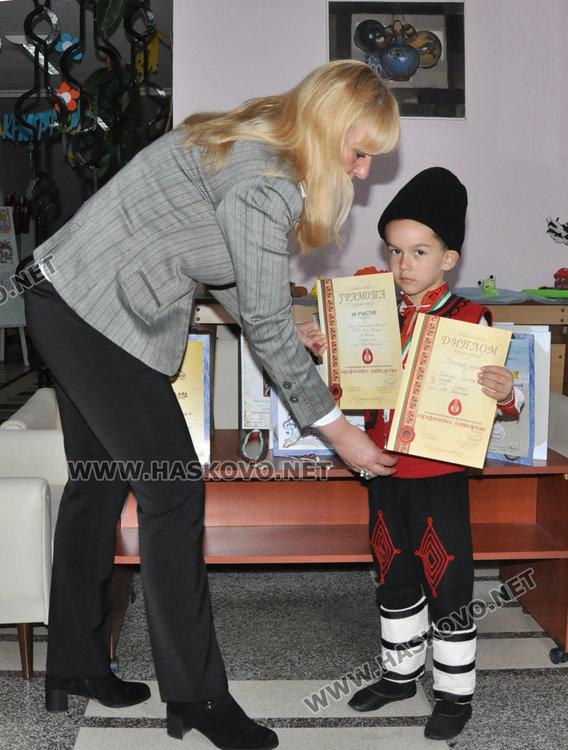Дани получи подаръци от директорката на детската градина Венета Тенчева