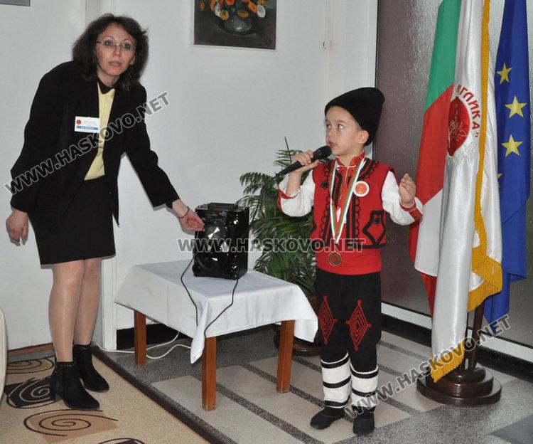 Дани с учителката си по пеене Ива Райновска