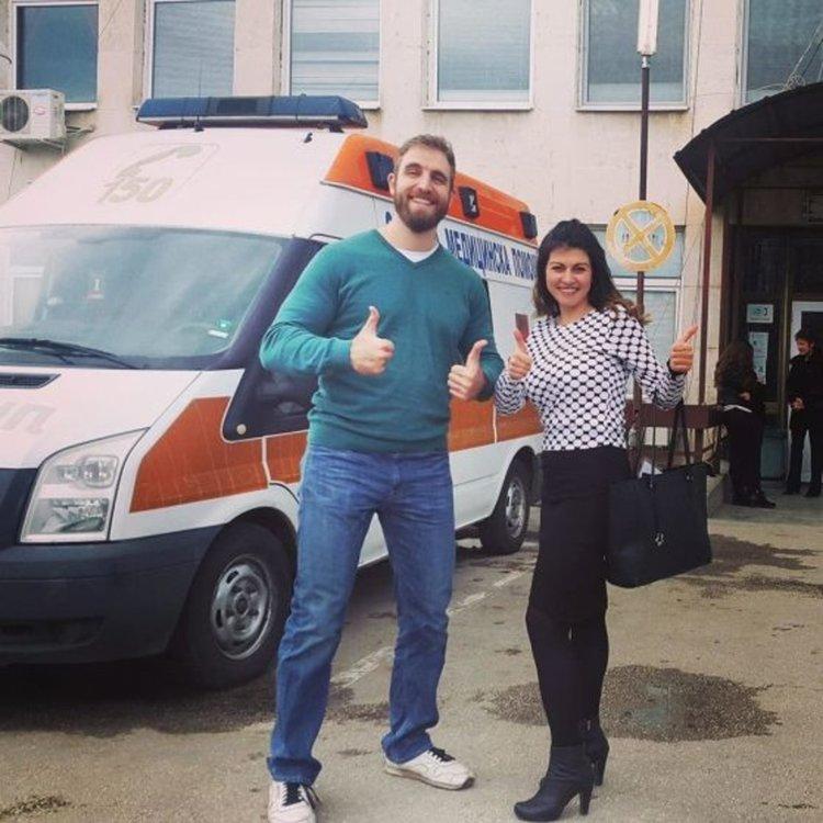 Мартина и Лазар пред болницата в Червен бряг