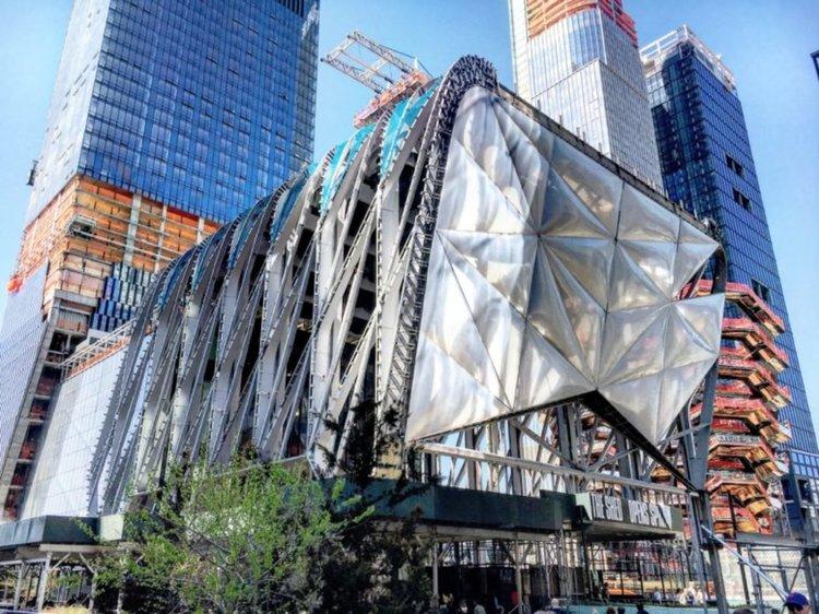 Разтегателна сграда стана най-новият център на изкуствата в Ню Йорк (видео)