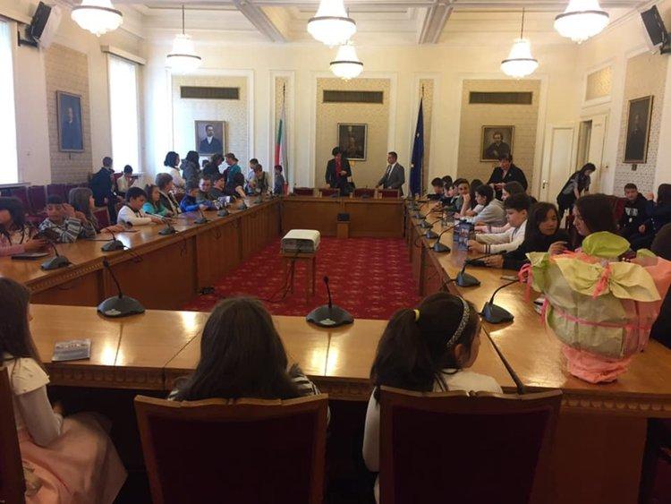 Малчугани от Смолян гостуваха в Народното събрание за патронния празник на училището си