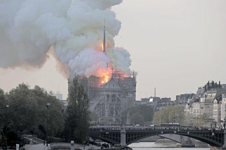 """Гори катедралата """"Нотр Дам"""" в Париж, срути се кулата стрела, рухна и целият покрив"""