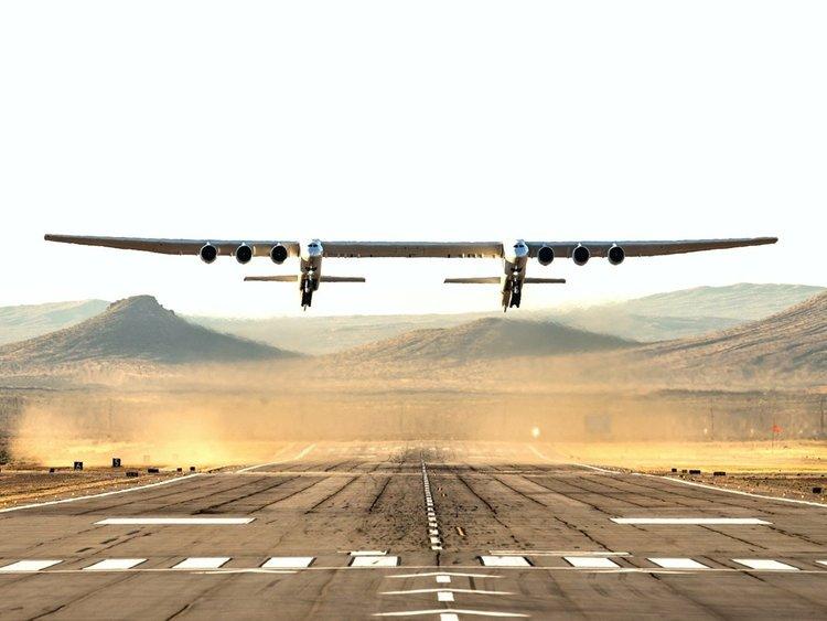 Най-големият самолет полетя над пустинята Мохаве (видео)