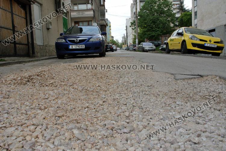 Дупки след аварии стоят без асфалт. ВиК: изчакахме заради скрити течове