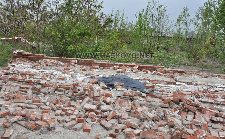 Мъж загина на място под рухналата ограда на бившата казарма в Хасково