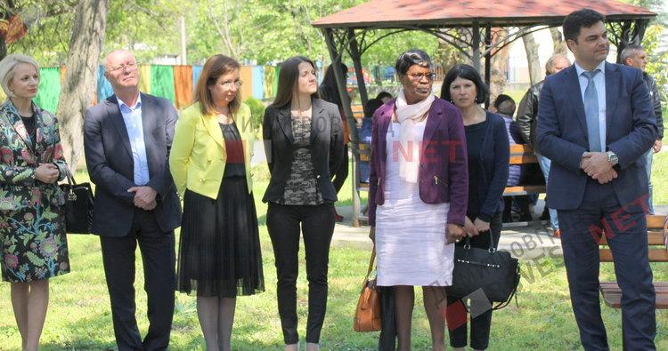 Деца с увреждания се сдобиха с нова спортна площадка и подаръци от кмета - ВИДЕО