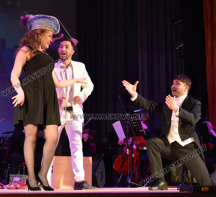 """С """"Младите в музиката"""" откриха обновената сцена на читалище """"Заря"""""""