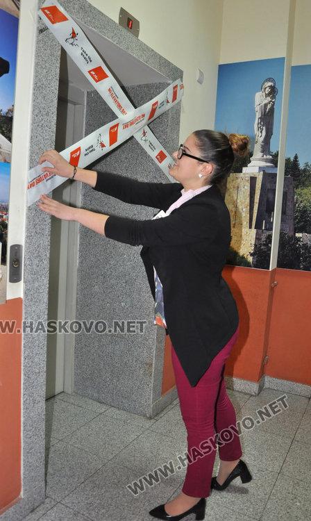 Запечатаха асансьора в общината за стимул към физическа активност
