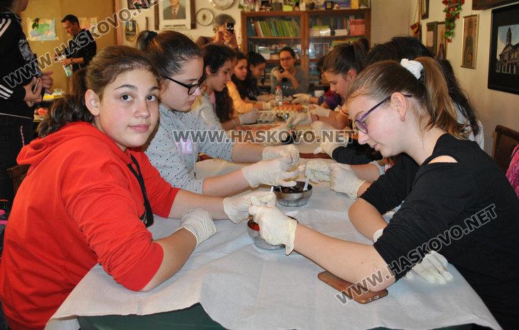 Млади фолклористи боядисаха първите яйца в Тракийското дружество