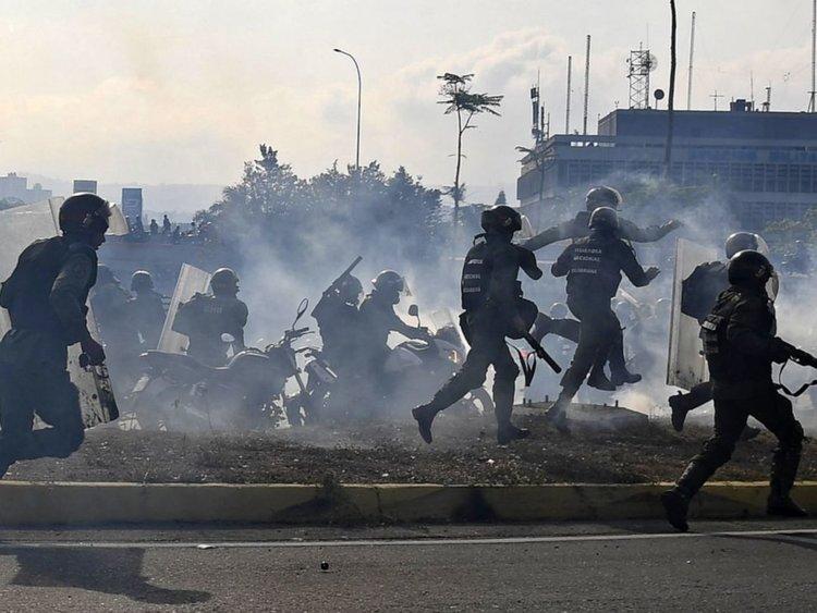 Загинал и десетки ранени на протестите във Венецуела