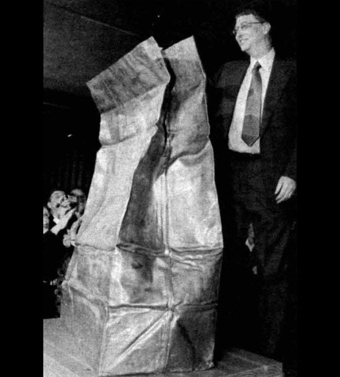 Главният изпълнителен директор на Microsoft Бил Гейтс и Time Capsule на иновациите през 1999 г. (Ани Чой / The Tech / MIT)