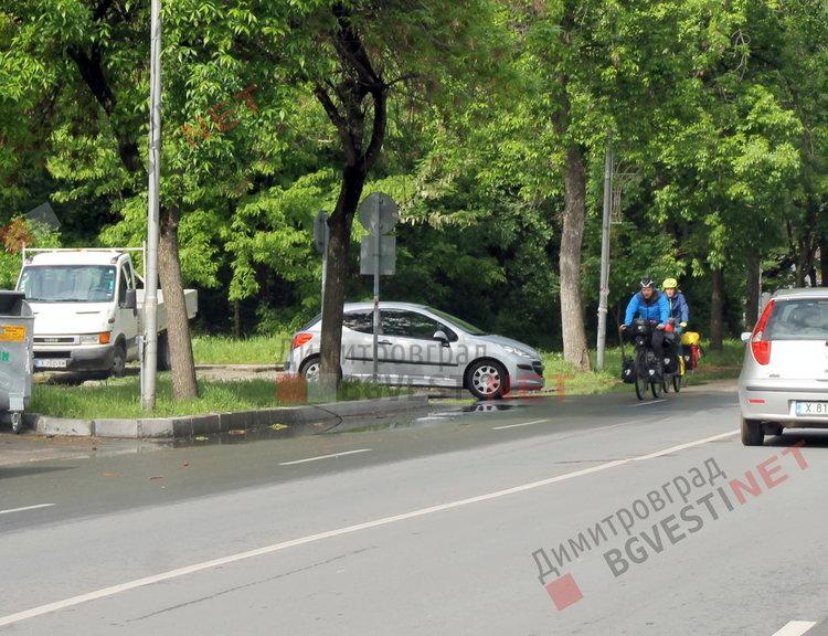Двама люксембургци на колела похапнаха топли закуски в Димитровград и продължиха