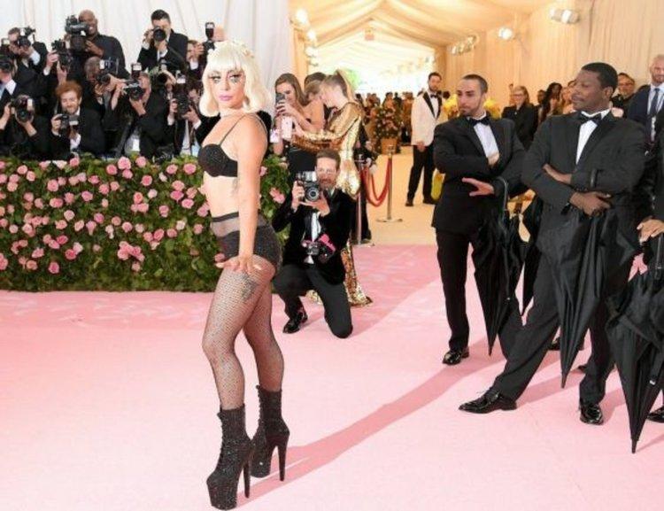 Лейди Гага се съблече на благотворителен бал