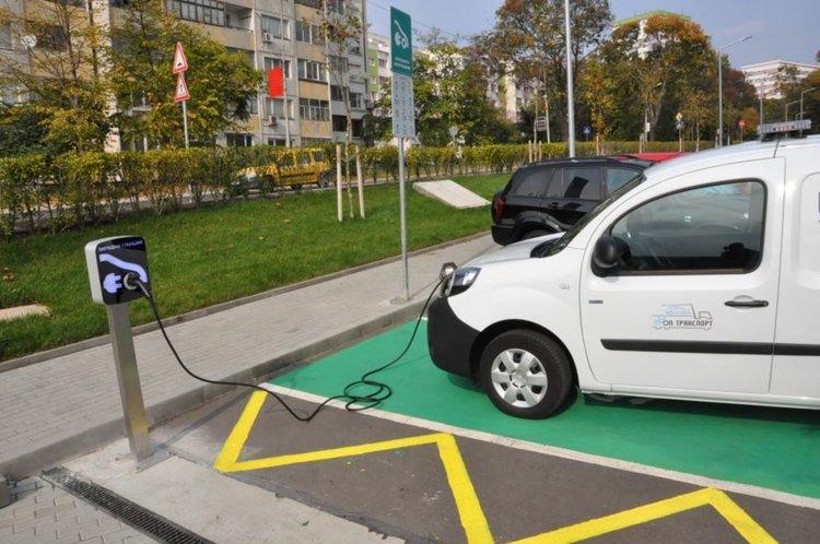 България изостава със зарядните станции и бонусите за електромобили