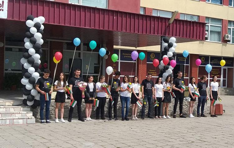 """Разноцветни балони полетяха в небето над СУ """"Проф. Д-р Асен Златаров"""""""
