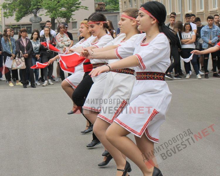 54 зрелостници изпрати Езиковата гимназия в Димитровград