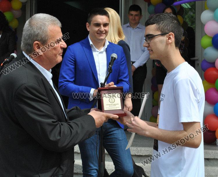 Марко Марков и Здравко Марков връчват наградата на Нури Хасан