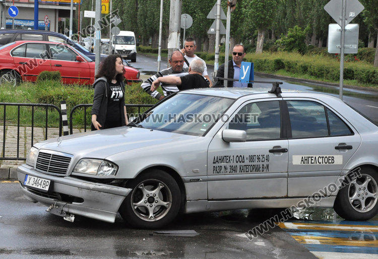 """Ситроен и учебен автомобил катастрофираха до """"Лебеда"""" в Хасково"""