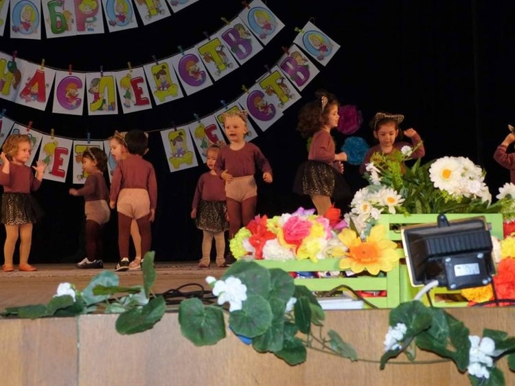 Малчугани се вихриха на сцената заедно с учителки, лелки и майки
