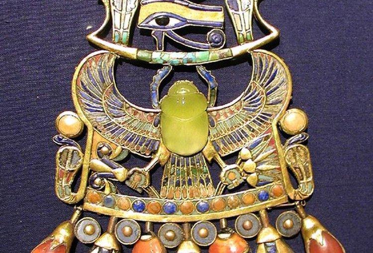 Скарабеят от накита на фараона Тут е изработен от пустинно стъкло