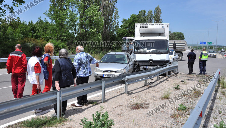 Кола и камион катастрофираха между Хасково и Димитровград, мъж е в болница