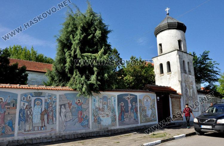 Почетоха Св. св. Константин и Елена в едноименния храм в Крепост