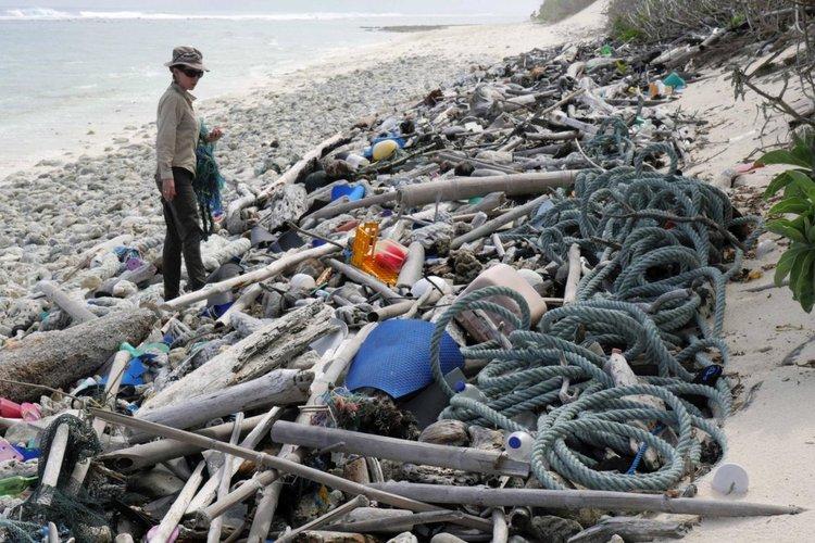 Отдалечен атол в Тихия океан затрупан с 414 милиона парчета пластмаса (видео)