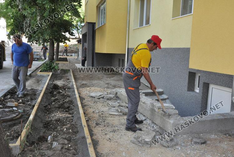 """Висок бордюр пред блок в """"Орфей"""" препятства пешеходци"""