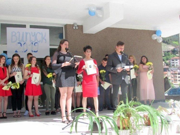 Даниела в деня на изпращането си на 15 май за пръв път от 4 години прекрачва прага на гимназията си с красива червена рокля, благодарение на учителите и училището в Девин