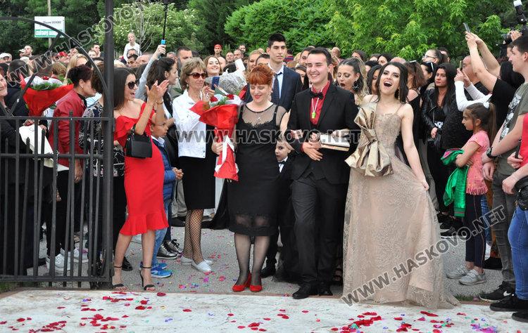 С чаша шампанско и дефиле по червения килим започна балът на Гимназията по туризъм