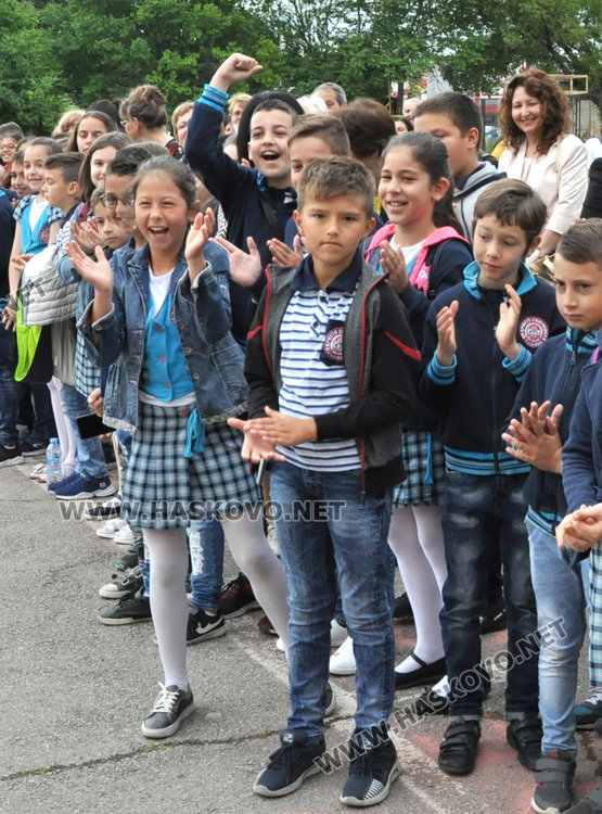 """Двама """"Ученици на годината"""" в """"Христо Смирненски"""" получиха  плакети  за 24 май"""