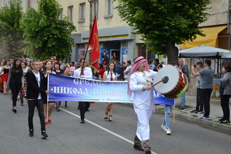 С празнично шествие община Момчилград отбеляза 24 май