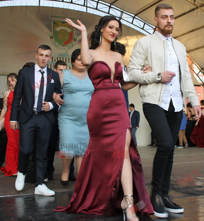 54 абитуриенти от Езиковата гимназия в Димитровград минаха по червения килим