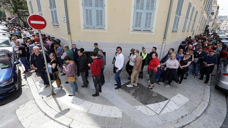 Според romania-insider хиляди румънци в чужбина са чакали часове наред на опашки, за да гласуват, но много от тях не са успели.