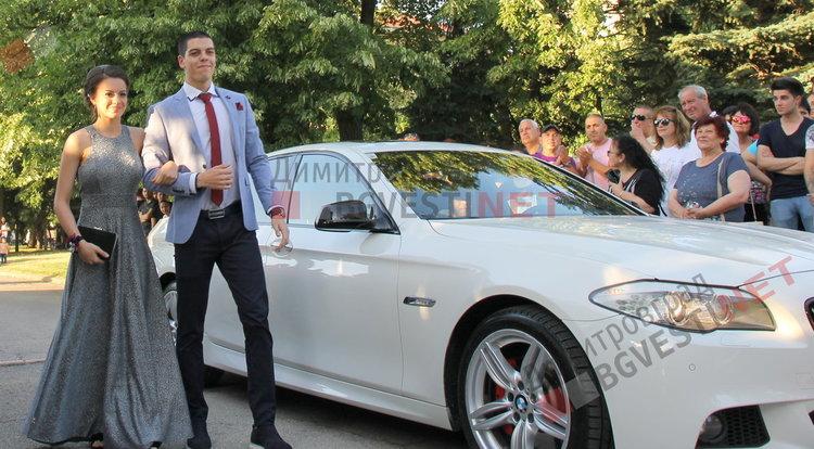 """С ретро, класа и блясък абитуриентите на ПМГ """"Иван Вазов"""" дефилираха на червения килим"""