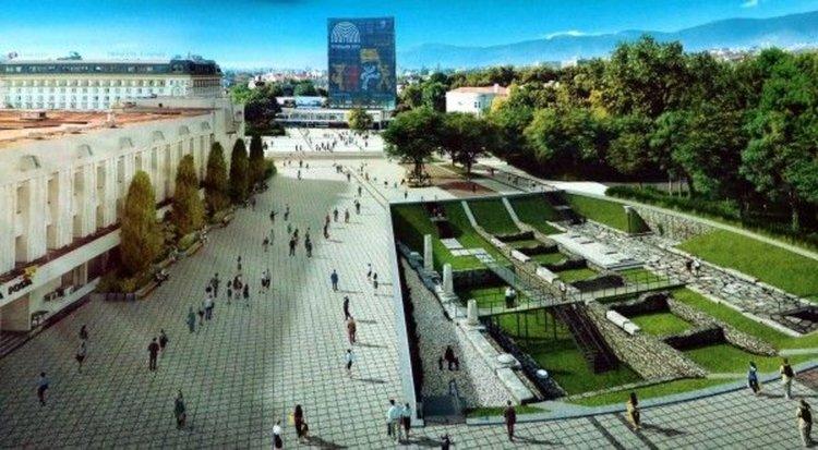 Централният площад на Пловдив - течаща река и археология в зелен килим сред гранита