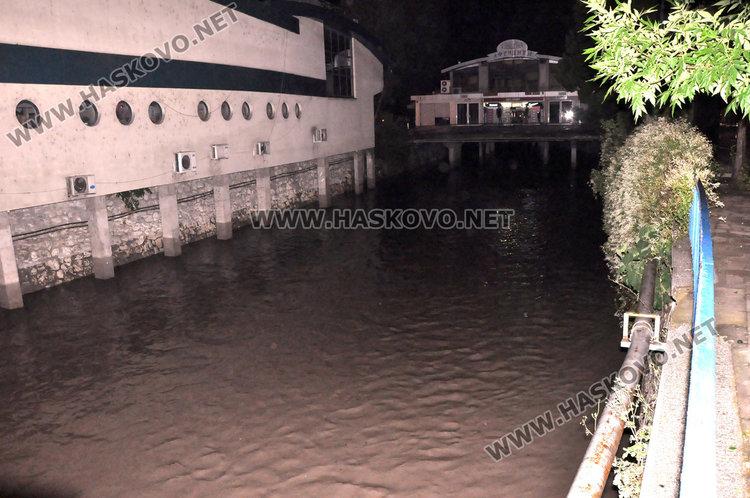 Проливният дъжд наводни Хасково, изкърти и асфалт