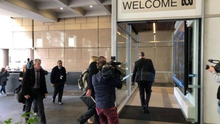 Полиция нахлу в обществената телевизия в Австралия заради журналистическо разследване