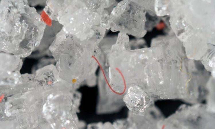 Хората поглъщат поне 50 000 частици пластмаса на година