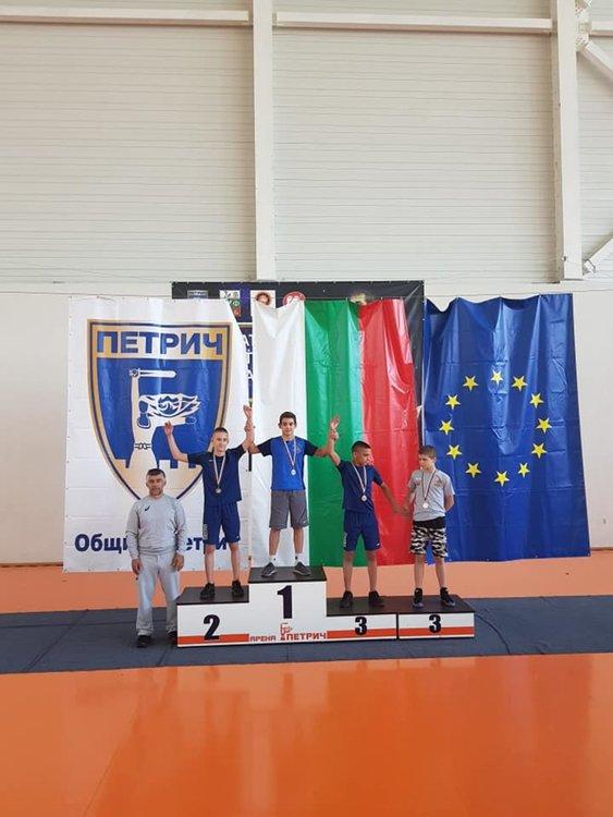 Двама шампиони, още три медала и купа за борците на Димитровград