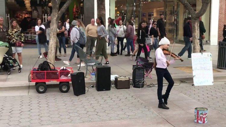 Даже куче се прехласна по тази 10-годишна цигуларка на улицата (видео)