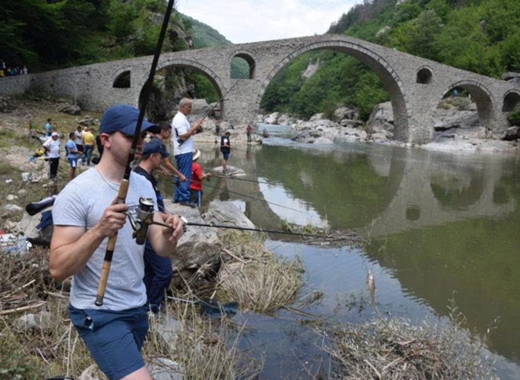 Въдичари мерят сили на риболовен фест край Дяволския мост