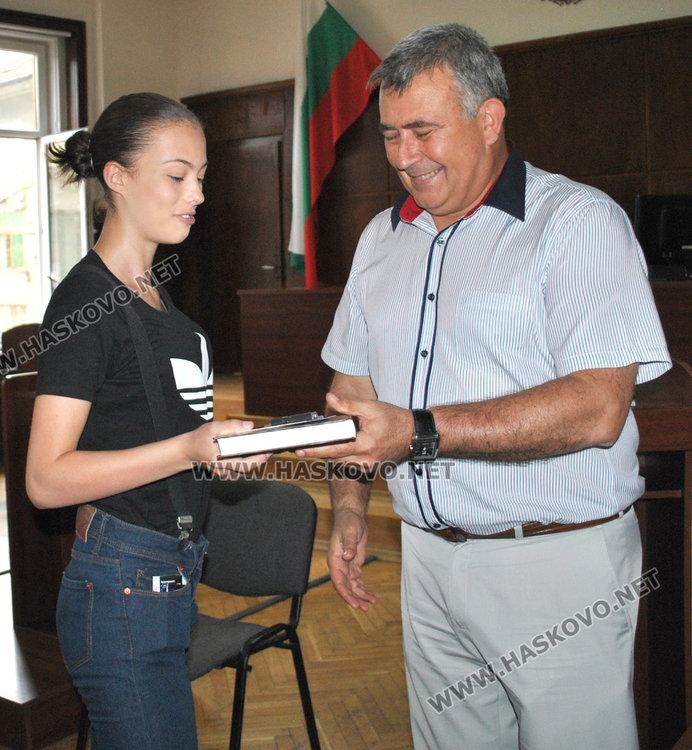 Ученици от ПГТ с награди от съда. Искат връщане на смъртното наказание
