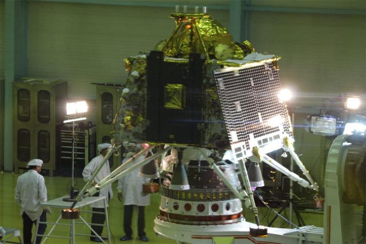 Индия изстрелва космически кораб за втората си мисия на Луната