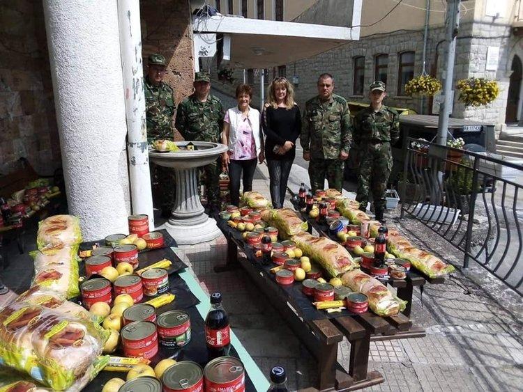 Смолянските военни дариха пакети с хранителни пордукти за 35 семейства в Момчиловци