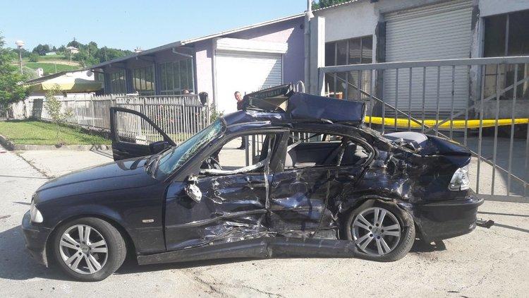 Автомобилът, с който са пътували младежите е неузнаваем след удара