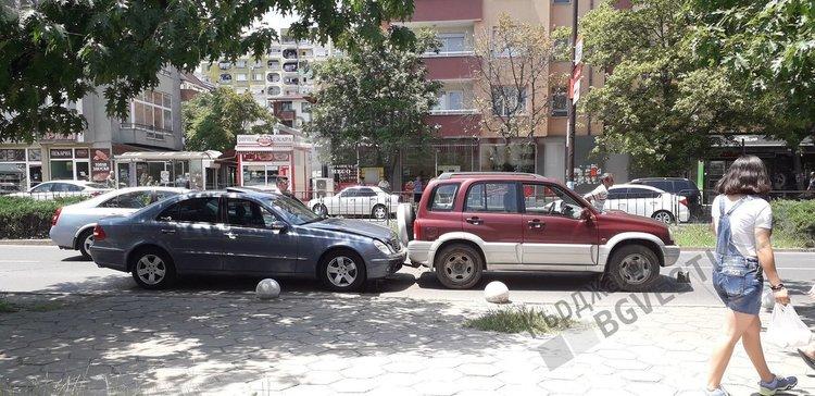 """Верижна катастрофа във """"Възрожденци"""",три коли се нанизаха/снимки/"""