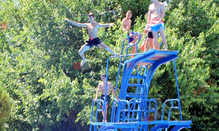 Димитровградския басейн отвори врати - за деца безплатно, за младежи 1лв., за възрастни 3лв. на ден