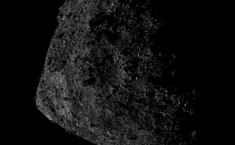 OSIRIS-REx е само 680 метра над астероида Бену. Сн.: NASA