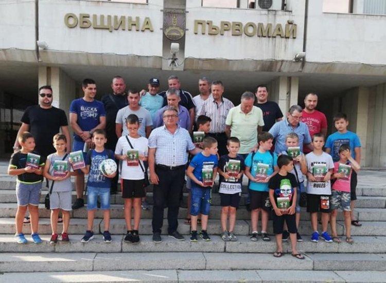 """Малки футболисти се срещнаха с легенди на """"Ботев"""""""